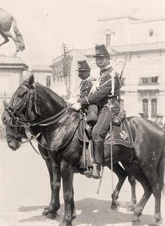 Mexican Policemen in Mexico City. Military Guns, Military History, Old Pictures, Old Photos, Mexican Celebrations, Mexican Army, Mexican Revolution, Pancho Villa, Aztec Art