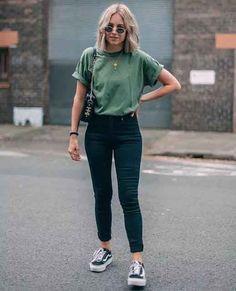 Look calça preta skinny, tshirt lisa e vans old skool.