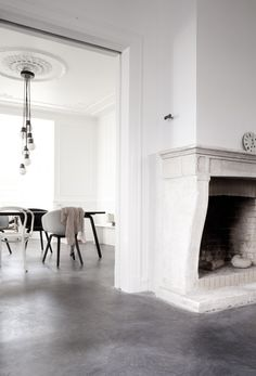 Concrete floors and fireplace, classic white walls and that drop globe chandelier Style At Home, Interior Architecture, Interior And Exterior, Modern Interior, Classical Architecture, Minimalist Interior, Minimalist Decor, Deco Design, Home And Deco