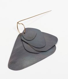 Pot commun en ligne : TOMBOLA de bijoux contemporains - Nathalie Perret, Broche Acier, Vermeil, Acier Patiné, 7x8cm, valeur : 150€