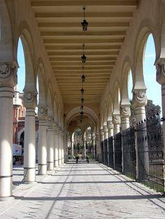 Galeria de columnas Cementerio de La Almudena, Madrid.