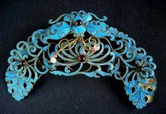 chinese ancient jewllery, the blue color is from taking the bird fur when it is alive, the crafts had been abandoned for animal profit, but taken place of other modern methods. Mommy Jewelry, Jewelry Art, Antique Jewelry, St Michael Pendant, Art Nouveau, Tiara Hairstyles, Hair Decorations, White Gold Jewelry, Royal Jewels