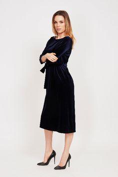fc6f513bae85b9 Deze donkerblauwe velvet jurk van DryLake heeft een lengte tot aan de kuit.  We noemen
