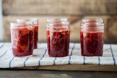 Même si la confiture de fraises ne renferme que trois ingrédients de base, la technique de préparation est importante. Il faut surtout éviter de la cuire trop longtemps et d'en préparer de tr…