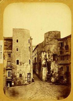 LA BARCELONA ANTIGUA CON MURALLAS... Dues de les torres de la muralla romana, ara incorporades a la Casa de l'Ardiaca i el Palau del Bisbe, a la plaça Nova. Les dues semicirculars emmarcaven una de les portes de la ciutat, que donava pas al Decumanus Maximus (avui carrer del Bisbe). S'hi pot veure també una arcada reconstruïda d'un dels aqüeductes (S.G.). Encara es veu una part dels edificis que hi havia on avui tenim la plaça de la Catedral