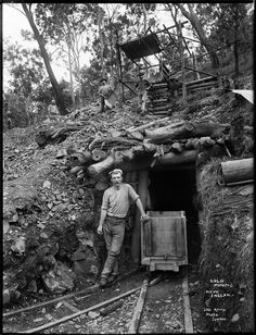 New England gold mine - MAAS Collection Coal Mining Images - not just from Apedale Heritage Centre Old Pictures, Old Photos, Vintage Photographs, Vintage Photos, Gold Miners, Westerns, Gold Prospecting, Coal Mining, Le Far West