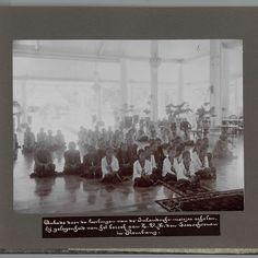 Aubade door de leerlingen van de Inlandsche meisjes scholen, by gelegenheid van het bezoek aan Z.V.H. den Soesoehoenan in Rembang, anonymous, 1933 - Rijksmuseum