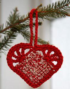 Hjemmelavet julepynt er så hyggeligt, og disse hæklede hjerter er fine på juletræet