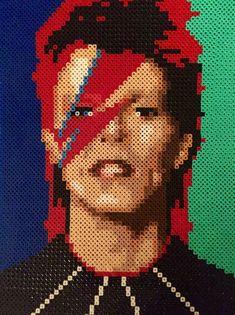 Il sagit dune pièce lumineuse, constituée de milliers de perles de plastique placés individuellement qui obtenir fusionnés avec chaleur pour former une pièce finie ! David Bowie dans un style de 8 bits.