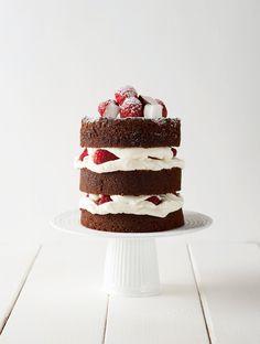 Pour un mariage ou un événement à célébrer, le Naked Cake est sûr d'avoir son petit effet devant les invités. Découvrez notre recette au chocolat, coco et framboise, tirée du livre de Soizic Chomel de Varagnes édité par Hachette. Mini Cakes, Cupcake Cakes, Cupcakes, Cake Chocolat, Creative Food, Party Cakes, Vanilla Cake, Coco, Tiramisu