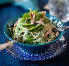 Vihreä spagetti sisältää kaikki herkut: avokadoa, mascarponea ja yrttejä. Tee kasvis- tai kanaversiona!