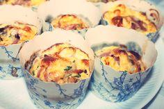 Æggemuffins  8 Æg 1 pakke skinke i strimler eller serrano skinke 1 bundt purløg 1/2 løg 1 spsk. madolie  Pisk æggene og tilsæt olie. Tilsæt hakket løg og klippet purløg. Tilsæt skinke, salt og peber.  Hæld på forme og sæt i ovnen på 180 grader (varmluft) Ca. 20 min