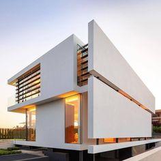 Maison plain-pied SH 146 B avec toit en croupe - ScanHaus Marlow Modern Architecture House, Modern Buildings, Residential Architecture, Modern House Design, Amazing Architecture, Architecture Design, Modern Lofts, Landscape Architecture, Villa Design