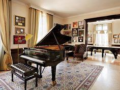 En este salón se encuentra uno de los tres pianos de cola que tiene en esta residencia. | Galería de fotos 1 de 7 | AD MX