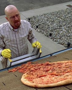 Walter White pizza on the roof scene - Breaking Bad Space Ghost, Breaking Bad Series, Breaking Bad Pizza, Breking Bad, Jesse Pinkman, Heisenberg, Walter White, I Am Amazing, Great Tv Shows