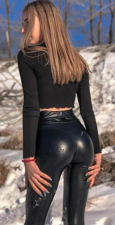 Shiny Leggings, Girls In Leggings, Girls Jeans, Tights Outfit, Leggings Fashion, Mode Des Leggings, Superenge Jeans, Tight Leather Pants, Edgy Dress