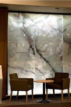 """Onix Verde en pared. Crea un ambiente más tranquilo y con un toque muy interesante con las vetas y por la luz que pasa por las """"imperfecciones"""" del onix."""