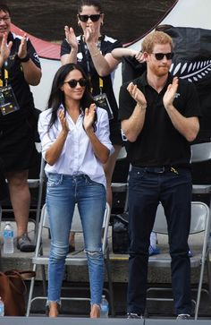 Meghan The jeans Meghan Markle chooses a light wash pair of denim jeans from Mother denim on her date with Prince Harry at the 2017 Invictus Games Estilo Meghan Markle, Meghan Markle Stil, Kate And Meghan, Prince Harry And Meghan, Style Casual, Casual Chic, Trendy Style, Casual Jeans, Jeans Style