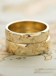 Dünyayı dolaşmayı seven çiftler için dünya haritası işlemeli alyans yap… Couples who love to travel the world map embroidered wedding rings made for the world. The idea is beautiful. can be very stylish. Matching Wedding Rings, Unique Wedding Bands, Wedding Band Sets, Wedding Matches, Gold Wedding Rings, Unique Weddings, Wedding Jewelry, Gold Rings, Map Wedding