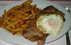 Le steak de veau à la portugaise est une recette délicieuse et très facile à faire. Doit être accompagnée de frites et des oeufs frits.