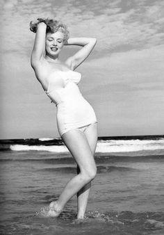 Andre de Dienes: Marilyn Monroe poses at Tobay Beach, Long Island, NY, Marylin Monroe, Marilyn Monroe Fotos, Brigitte Bardot, Long Island, Hollywood Actresses, Old Hollywood, Hollywood Glamour, Photos En Bikini, Divas