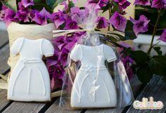 Vestido blanco de comunión con detalles en bolsa. Diseño propio. http://www.galletea.com/galletas-decoradas/