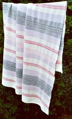 Every time I go to Quebec to visit my family I pick up a catalogne blanket… Woven Rug, Woven Fabric, King Size Blanket, Getting Organized At Home, Vintage Blanket, Weaving Projects, Diy Projects, Linen Curtains, Weaving Patterns