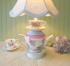 Théière lampe, théière Violet Floral, tasse à thé et soucoupe, réticulé, Alice au pays des merveilles Shabby Chic