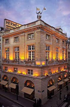 Dieu de l'élégance classique, la maison Hermès siège depuis plus de deux cent ans au panthéon du luxe français. Portrait. Plus qu'une simple entreprise, l'empire Hermès est tout d'abord l'histoire d'une famille, dont le destin fut chamboulé lors de son départ de l'Allemagne vers la France. En 1837 Thierry Hermès, alors âgé de 37 ans, … Continuer la lecture Hermès, un succès carrément familial →
