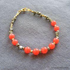 http://la-fabrique-de-loulette.alittlemarket.com  Bracelet Précieux Pyrites et Jade Orange Fluo : Bracelet par la-fabrique-de-loulette 9 perles rondes de jade orange presque fluo de 6 mm, micro pépites de pyrite de 4 à 3 mm, rocailles tchèques doré métallique, perles de laiton brut facettées de 3mm, fermoir ressort rond doré. Bracelet monté sur câble d'acier, longueur de +/- 18cms https://www.facebook.com/lafabriquedeloulette