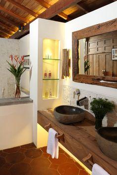 moderne rustikale badezimmer einrichtung mit unterwaschtisch regal aus holz und waschbecken aus stein
