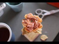 Buttercream Flowers Tutorial, Buttercream Flower Cake, Buttercream Recipe, Flower Cake Decorations, Dessert Decoration, Cake Decorating Techniques, Cake Decorating Tutorials, Royal Icing Cakes, Buttercream Cake Decorating