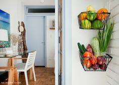 04-decoracao-sala-estar-pequena-tijolinho-branco-porta-colorida.jpg (900×646)