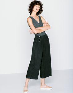 ¿No tienes un pantalón culotte? ¿A qué estás esperando? Ficha los modelos más cool de la nueva colección de Pull&Bear y viste como tus celebrities favoritas.  https://ad.zanox.com/ppc/?39031773C40765729&ulp=[[http://www.pullandbear.com/es/es/mujer/pantalones-c29021.html%23/100423264/PANTAL%C3%93N%20CULOTTE?utm_campaign=zanox&utm_source=zanox&utm_medium=deeplink]] #pullandbear #pantalonculotte #culotte