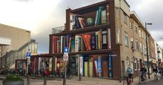 What's the place where all bookworms love hanging out? The library! The smell of new books or even the sight of a bookshop can bring a smile to any 3d Street Art, Street Artists, Dutch Artists, Local Artists, Louvre Pyramid, Religious Books, Building Structure, Illusion Art, Utrecht