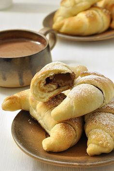 Quickly and easily krouasanakia stuffed with cheese and hazelnut praline / Quicker crescent rolls stuffed with cheese or nutella Hazelnut Praline, Bread Machine Recipes, Crescent Rolls, Nutella, Greek Recipes, Cake Recipes, Pizza Recipes, Sweet Treats, Brunch