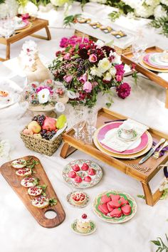 Outdoor picnic wedding photoshoot