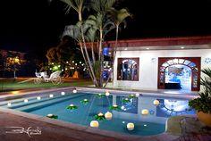Hermosa decoración de piscina con Pantallas Flotantes Velaroma en Casa Campestre Piedra Grande, fotografía Rafael Escobar