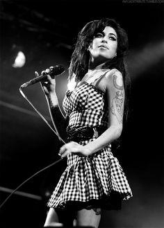 Amy Winehouse no fue inventada, surgió de las entrañables ganas de cantar en bares y antros londinenses y con talento hizo un nombre.