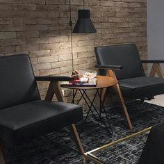 O tijolinho realça qualquer ambiente! E o contraste do preto das poltronas, com o chão dão um ar sombrio ao ambiente, e ao mesmo tempo… Accent Chairs, Furniture, Home Decor, Instagram, Brick, Snuggles, Dinner Room, Environment, Arquitetura
