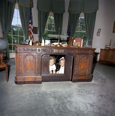 Never seen this one before. Caroline Kennedy and her cousin, Kerry, hiding under JFK's desk. A moment that reminds us of the iconic picture of JFK Jr hiding under his fathers desk. Caroline Kennedy, Les Kennedy, Jacqueline Kennedy Onassis, John Kennedy Jr, American Presidents, American History, Resolute Desk, Die Kennedys, Familia Kennedy
