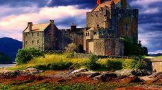"""Замок Эйлен-Донан - самый романтичный замок Шотландии. Название замка буквально переводится как """"остров Донана"""". Он построен на маленьком острове, который согласно исследованиям является искусственным, он же кранног."""