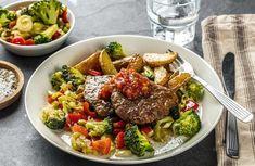 Karbonader med stekte poteter og salsa Cobb Salad, Beef, Ethnic Recipes, Salsa, Food, Meat, Essen, Salsa Music, Meals