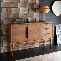 人気のチーク色で仕上げた木目が美しいスカンジナビアンデザインのリビングボード。日本の住宅で使いやすいようリサイズし、充実の収納を備えた使いやすさを考えた設計の収納家具です。北欧スタイルのお部屋コーディネートにオススメです。