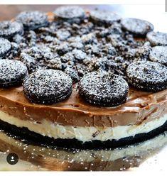 Υλικά και Εκτέλεση Βάση: 1.5 πακέτο μπισκότα oreo σπασμένα και τριμμένα με τα χέρια και ζυμωμένα με 125 γρ.βούτυρο. Το στρώνουμε σ... Party Desserts, Dessert Recipes, Cheesecake, Recipe Boards, Fudge Brownies, Greek Recipes, Chocolate Cake, Oreo, Sweet Tooth