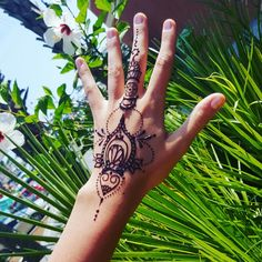 Beautiful traditional mehndi handpiece from our design book. Handpieces are a perfect addition to a on point outfit. Add the perfect statement ring and you are glamorous.  Jagua gell is 100% safe and natural and is NOT black henna. Come make Destin Henna a beach vacation tradition! Join the locals and get with us! Florida style!