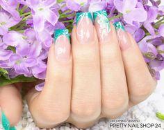 #trendstyle  #smaragd #nails #nailart Weniger ist manchmal mehr. Die zarten, geschwungenen Linien geben dieser Nailart in der Trendfarbe Smaragd den letzten Schliff. Als Highlight dient die gemalte Blüte. Hättet Ihr auch gerne solche Nägel? Dann geht es hier zur Anleitung: http://www.prettynailshop24.de/shop/trendstyle-farbe-smaragd-video_354.html
