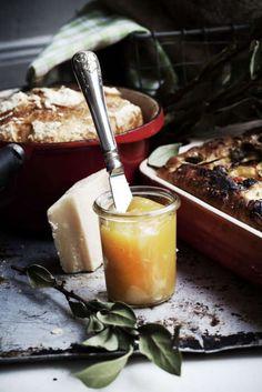 Lemon curd på det godaste sättet. Du behöver bara fyra ingredienser och det går snabbt att göra. Perfekt att servera till scones, ost eller att ha som fyllning i tårtan.