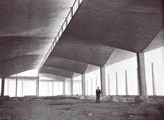 Félix Candela bajo un 'paraguas' durante la construcción, Almacén del Río, Insurgentes Norte esq. José Urbano Fonseca, Santa María Ticomán, Lindavista, México, DF 1954   Arq. Félix Candela -  Felix Candela standing beneath one of the 'umbrellas' during construction, Rio's Warehouse, Insurgentes Norte, Lindavista, Mexico City 1954