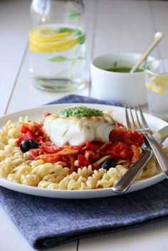 TORSK MED TOMATSAUS, PASTA OG BASILIKUMPESTO Risotto, Macaroni And Cheese, Nom Nom, Seafood, Food And Drink, Pasta, Yummy Food, Fish, Dinner